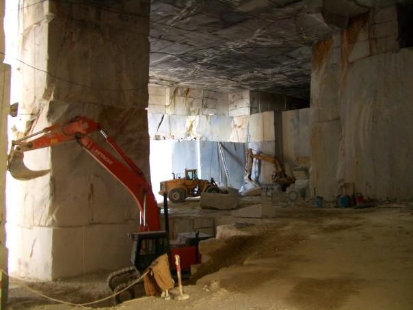 Inside a Carrara marble quarry / Внутри Каррарского мраморного карьера